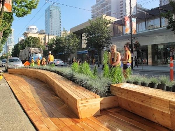 Montr al le placottoir un nouveau mobilier urbain pour for Mobilier urbain espace public