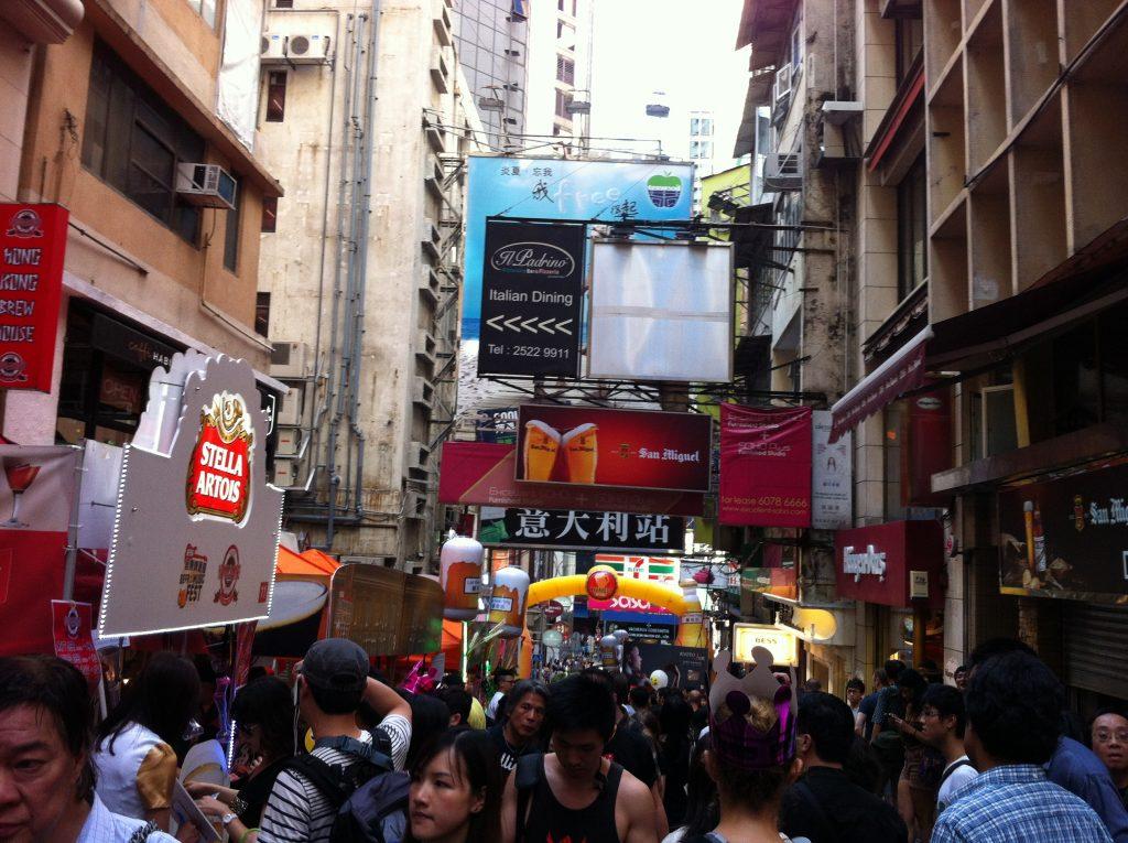 Rues bondées de Central, Hong Kong pour Lumières de la ville, site de l'urbain et de l'humain
