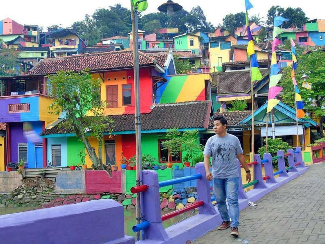Rainbow village indonesie street art