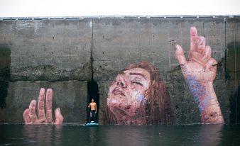 L'artiste Sean Yoro joue avec les marées pour réaliser une peinture murale puissante !