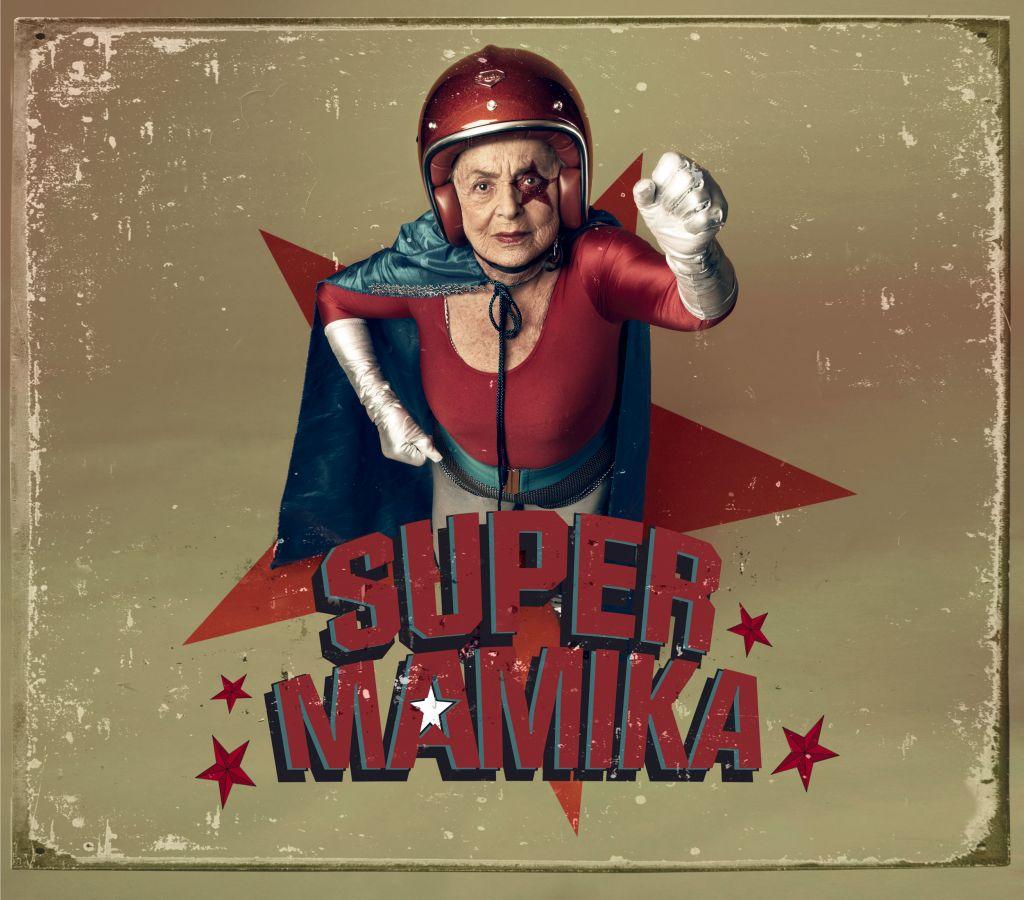 Super Mamika Sacha Goldberger Senior Grand-Mère Super héros Photographie