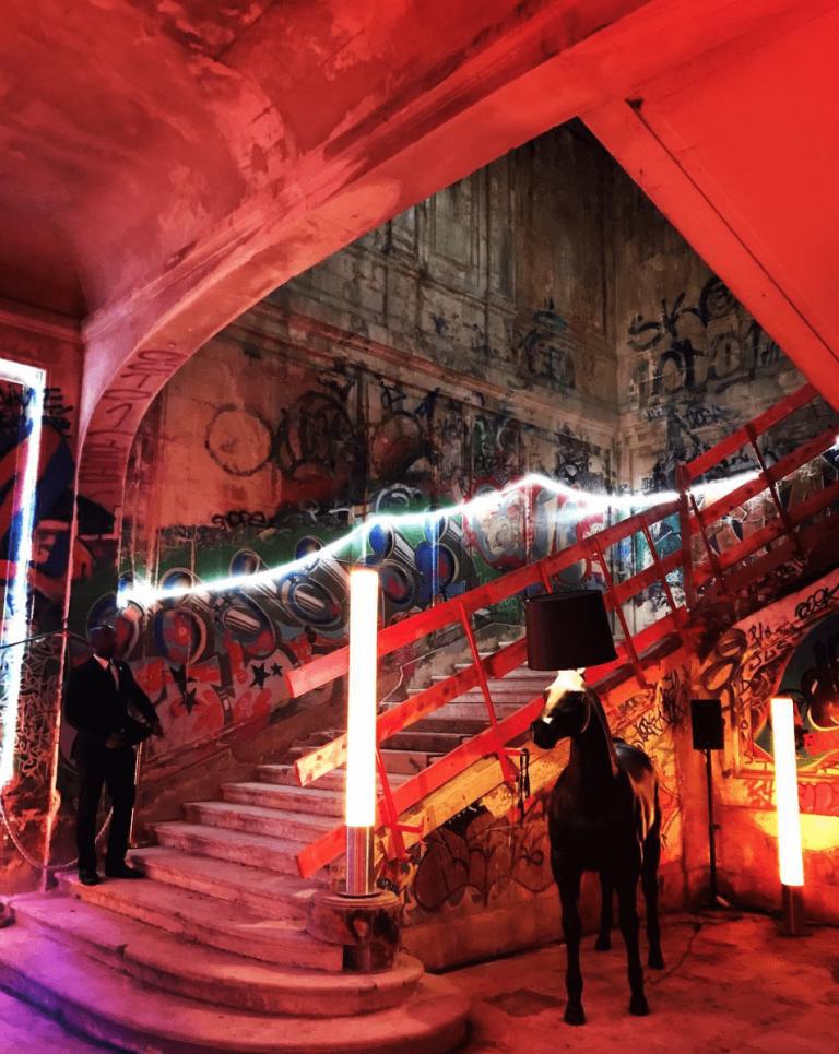 escalier rouge chateau de rothschild