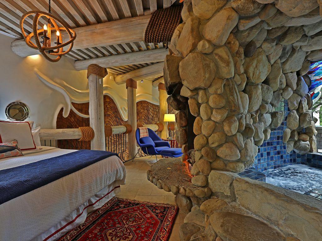 chambre à coucher avec mur en pierre apparentes